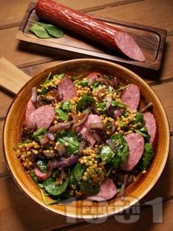 Салата от варена леща с карамелизиран лук, спанак и колбас (шпек) - снимка на рецептата